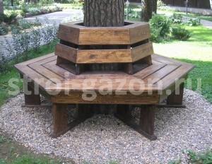 Деревянная скамейка вокруг ствола дерева с декоративным подножьем из гравия